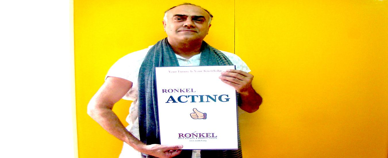 Rajit-Kapur-appreciating-Ronkel-Acting